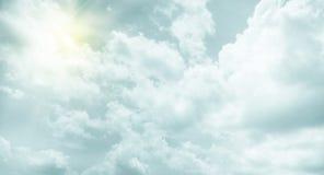葡萄酒过滤器:太阳与多云和天空的爆炸光芒 免版税库存照片