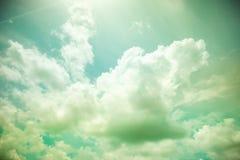 葡萄酒过滤器:太阳与多云和天空的爆炸光芒 免版税库存图片