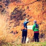 葡萄酒远足在秋天森林里的instagram夫妇 免版税库存图片