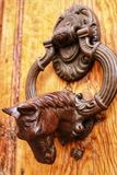 葡萄酒通道门环马在木门塑造了 免版税库存图片