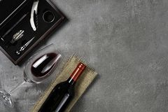 葡萄酒酿造学的辅助部件 杯用在具体背景的酒 r 库存图片