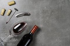 葡萄酒酿造学的辅助部件 杯用在具体背景的酒 r 库存照片
