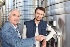 葡萄酒酿造设备的人 免版税库存照片