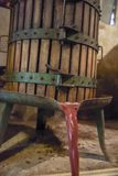 葡萄酒酿造 老木葡萄压榨机与必须里面 按  免版税图库摄影