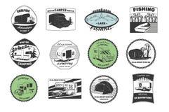 葡萄酒野营和室外冒险象征、商标和徽章 野营的设备 阵营拖车在森林里 库存照片