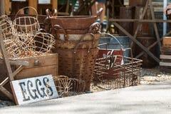 葡萄酒金属在销售中的蛋篮子在乔治亚古董节日 免版税图库摄影