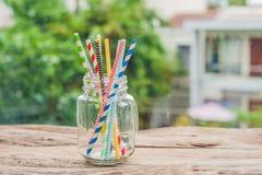 葡萄酒金属螺盖玻璃瓶和多彩多姿的螺旋秸杆 婚礼装饰概念 甜表 与饮料概念的一张桌 库存图片
