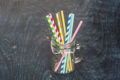 葡萄酒金属螺盖玻璃瓶和多彩多姿的螺旋秸杆 婚礼装饰概念 甜表 与饮料概念的一张桌 免版税库存照片
