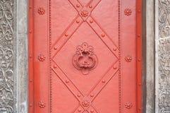 葡萄酒金属门在公墓,细节 库存图片