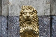 葡萄酒金金属狮子雕塑 免版税库存照片