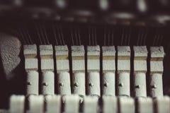 葡萄酒钢琴锤子机制 免版税库存照片