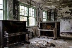 葡萄酒钢琴和长沙发-被放弃的医院/疗养院-纽约 图库摄影