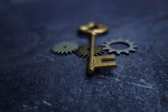 葡萄酒钥匙和齿轮 图库摄影