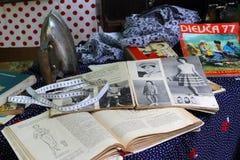 葡萄酒铁、纺织品、老杂志和书在减速火箭的节日在伏尔加格勒 免版税库存图片