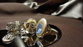 葡萄酒银色圆环装饰 免版税库存照片