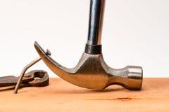 葡萄酒锤子拔钉器从委员会里面拉弯的大钉子,有葡萄酒脏的伪造的夹子的 免版税库存照片