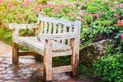 葡萄酒长凳在植物的公园 库存图片