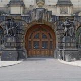 葡萄酒门和雕象,德累斯顿德国 库存图片