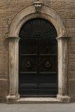 葡萄酒门在托斯卡纳 库存图片