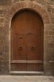 葡萄酒门在托斯卡纳 免版税库存照片