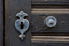 葡萄酒门木古色古香的门架置和匙孔  免版税库存图片