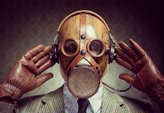 葡萄酒防毒面具和耳机 免版税库存图片