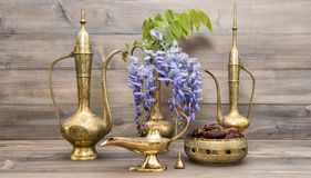 葡萄酒阿拉伯水罐果子和花金黄东方装饰 免版税库存图片