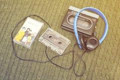 葡萄酒随身听录音机、黏浆状物质cassete和耳机 库存照片
