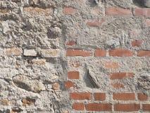 葡萄酒难看的东西参差不齐的红砖墙壁有被洒的白色膏药纹理背景 免版税库存照片