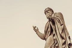 葡萄酒雕象指向手指,您的文本的拷贝空间 库存图片
