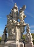 葡萄酒雕刻了在蓝天背景的灰色石雕象  免版税库存图片
