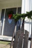葡萄酒雪撬和圣诞节装饰在房子 库存照片