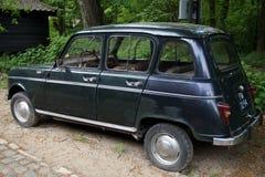葡萄酒雷诺4 (R4)斜背式的汽车-后面看法 免版税库存照片