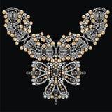 葡萄酒项链女性刺绣银和金假钻石,宝石,宝石,时尚印刷品从精采的T恤杉亮光 免版税库存照片