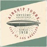 葡萄酒飞艇发球区域设计 减速火箭的可驾驶的海报 飞机标签传染媒介设计 老T恤杉模板 印刷术 免版税库存图片
