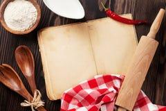 葡萄酒食谱书、器物和成份 免版税库存图片