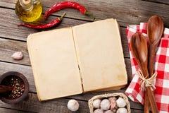 葡萄酒食谱书、器物和成份 免版税图库摄影