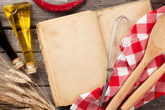 葡萄酒食谱书、器物和成份 库存照片