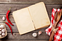 葡萄酒食谱书、器物和成份 免版税库存照片