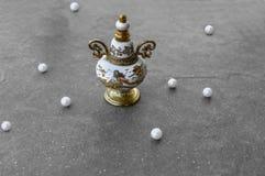 葡萄酒香水瓶和珍珠 免版税图库摄影