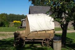 葡萄酒马有白色织品的支架汽车在绿草农村镇停留 免版税库存照片