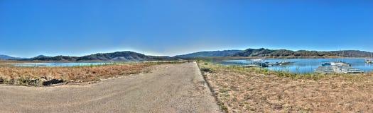 葡萄酒高速公路分裂的低级湖 免版税库存照片
