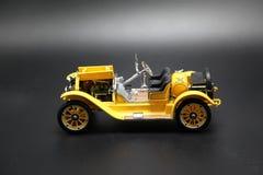 葡萄酒黄色汽车玩具 免版税库存图片