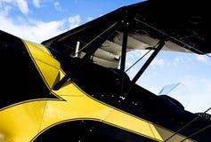 葡萄酒黑和黄色飞机的特写镜头 免版税库存图片