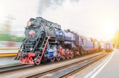 葡萄酒黑蒸汽机车火车仓促火车站 旅游业的概念是一次减速火箭的旅途乘火车 免版税库存照片