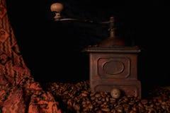 葡萄酒,减速火箭的古铜色咖啡碾 免版税库存图片