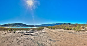 葡萄酒,泥泞的平交道口干盐湖床 图库摄影