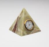 葡萄酒以一座金字塔的形式石华手表在灰色 免版税库存图片
