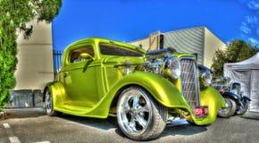 葡萄酒20世纪30年代绿色旧车改装的高速马力汽车 免版税库存图片