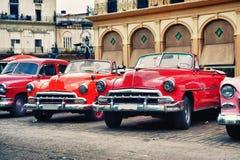 葡萄酒经典美国汽车在哈瓦那旧城街道上停放了  免版税库存照片